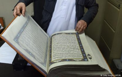 یک گروه ۳۸ نفری، قرآن را روی پارچه ابریشمی خطاطی کردند