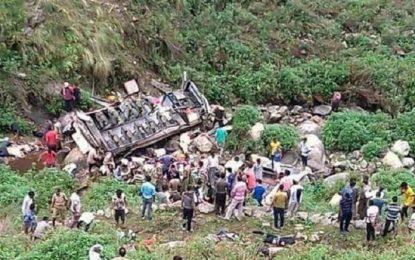 جان باختن بیش از ۴۰ تن در هند در اثر سقوط یک بس مسافر بری