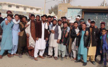 دستفروشان شهر زرنج نیمروز در مخالفت با جمع آوری بساطهایشان اعتراض کردند