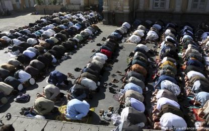 ده ها تن از شهروندان مزار شریف برای نجات از ویروس کرونا نماز حاجت میخوانند