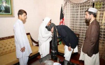 رئیس جمهور در سفرش به قندهار با مادر جنرال رازق اظهار همدردی کرد
