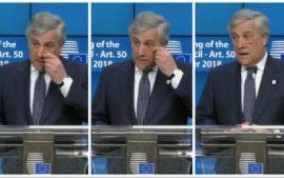 رئیس پارلمان اروپا با استفاده از ((لب سرین)) از کارزار منع خشونت علیه زنان حمایت کرد