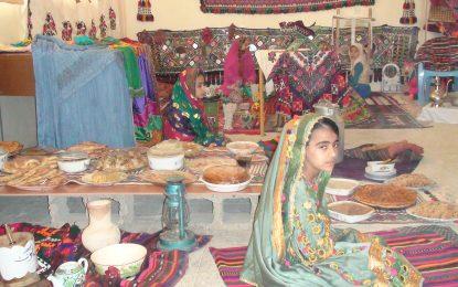 """دانشآموزان و استادان در شهر زرنج نیمروز نمایشگاه به نام""""فرهنگ و رسوم"""" برگزار کردند"""