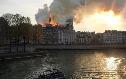 کلیسای نوتردام پاریس فرانسه در آتش سوخت