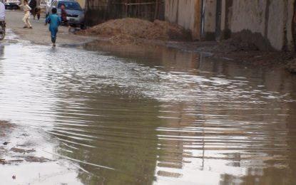 تجمع آبهای باران در جادههای شهر زرنج نیمروز عبور و مرور را با مشکل روبرو کرده است