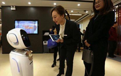 ربات ها میدان هوایی هنگ کنک را ضد عفونی میکنند
