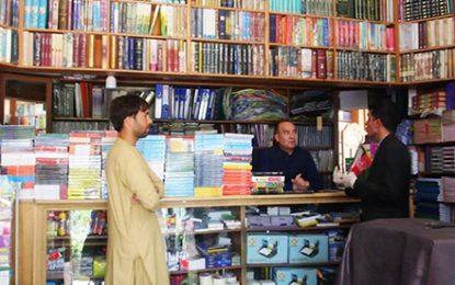یک فروشنده کتاب در هرات هزارن جلد کتاب را به مردم هدیه داده است
