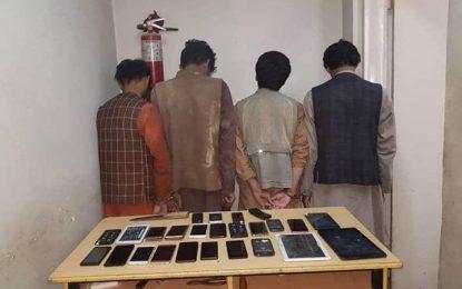 چهار سارق حرفهای با ۲۵ سیت موبایل در ولایت بلخ بازداشت شده اند